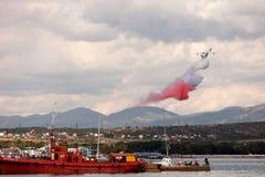 Ziemnowodny samolot Be-200 wykonuje demonstraci wody disch fotografia royalty free