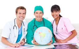 ziemny kuli ziemskiej zaopatrzenie medyczne radosny przyglądający zdjęcia stock