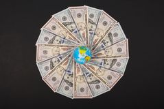 Ziemska kula ziemska na mandala kalejdoskopie od pieniądze Abstrakcjonistyczny pieniądze tła raster wzoru powtórki mandala okrąg zdjęcie royalty free