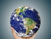 Ziemska kula ziemska, świat w ręce Zdjęcia Stock