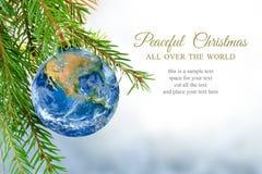 Ziemska kula ziemska jako boże narodzenia bauble, metafora dla ogólnoludzkiego pokoju, e obrazy stock