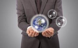 Ziemska kula ziemska w ręce, elementy ten wizerunek meblujący NASA zdjęcia royalty free