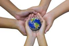Ziemska planeta w azjatykciej dziecko ręce odizolowywającej na bielu Obrazy Royalty Free