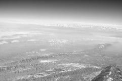 Ziemska powierzchnia na niebieskim niebie, widok z lotu ptaka Środowisko ekologia i ochrona duże krajobrazowe halne góry podróżom obrazy royalty free