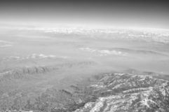 Ziemska powierzchnia z śnieżnymi górami na niebieskim niebie, widok z lotu ptaka Środowisko ekologia i ochrona duże krajobrazowe  zdjęcie royalty free