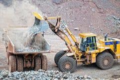 Ziemska wnioskodawca ładuje dumper ciężarówkę z porfirem kołysa w kopalni zdjęcia stock