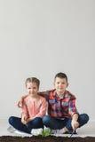 Ziemski dzień siostra i brat i jesteśmy zrzuconym rośliną Zdjęcie Stock