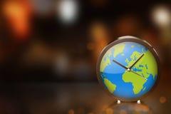Ziemski zegar z zamazanym światłem na ciemnym pokoju Zdjęcia Royalty Free
