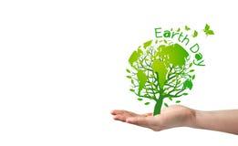 Ziemskiego dnia pojęcie drzewo z ziemią w ręce na białym tle Zdjęcia Stock