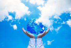 ziemskiej kuli ziemskiej rozjarzone ręki jego mienie Zdjęcie Stock
