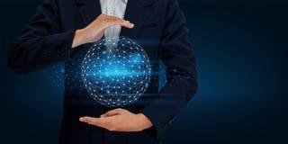 Ziemskiej wielobok siatki planety Światowa mapa W rękach biznesmen sieci komunikaci i technologii wkładu Astronautyczny dane zdjęcia royalty free