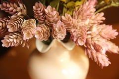 Zierpflanzekegel steigt ein rosa Vase ein, der als Postkartenmitte des 20. jahrhunderts stilisiert wird Lizenzfreie Stockbilder