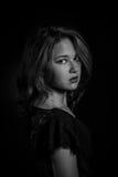 Ziet het donkere portret van de glamourvrouw, mooi die wijfje op zwarte achtergrond wordt geïsoleerd, modieuze sexy, het jonge sch Stock Afbeelding