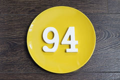 Ziffer vierundneunzig auf der gelben Platte Stockbild