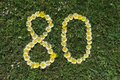 Ziffer 80 von Blüten in einer Wiese Lizenzfreies Stockfoto