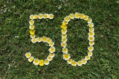 Ziffer 50 von Blüten in einer Wiese Lizenzfreie Stockbilder