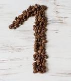 Ziffer von den Körnern des Kaffees auf einem hellen hölzernen Hintergrund Selektiver Fokus Stockfotos