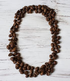 Ziffer von den Körnern des Kaffees auf einem hellen Holz von den Körnern des Kaffees auf einem hellen hölzernen Hintergrund Selek Lizenzfreies Stockfoto