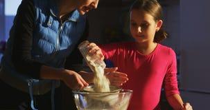 Zift bloem en kook samen moeder met kind stock videobeelden