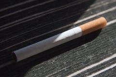 Zigarette auf Tabelle Lizenzfreie Stockbilder