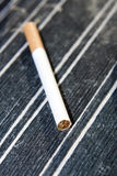Zigarette auf Tabelle Lizenzfreies Stockfoto
