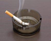 Zigarette in einem Aschenbecher Stockfoto