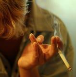 Zigarette in einer weiblichen Hand Lizenzfreies Stockbild