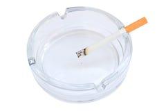 Zigarette im Aschenbecher Lizenzfreie Stockfotos