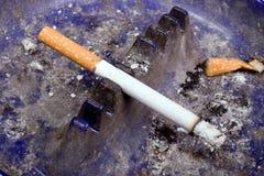 Zigarette im schmutzigen Aschen-Tellersegment Stockfotos