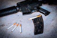Zigarette im Zeitschriftengewehr Stockbild