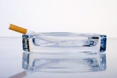 Zigarette ist in einem Aschenbecher Lizenzfreies Stockbild