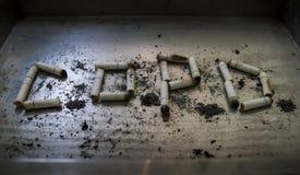 Zigarette kann Krankheit und absolut auf Metallhintergrund verursachen, Lizenzfreie Stockfotografie