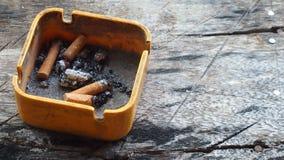 Zigarette mit Aschenbecher Stockbild