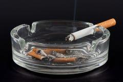 Zigarette und Aschenbecher Stockbild