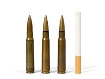 Zigarette und Gewehrkugeln Stockbild