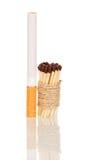 Zigarette und Match verbanden mit der Schnur, die auf Weiß lokalisiert wurde stockbild