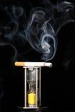 Zigarette und Stundenglas Stockbild