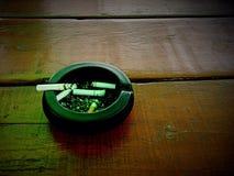 Zigaretten auf alten Tabellen Stockfoto