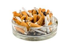 Zigaretten in einem Aschenbecher Stockfotos