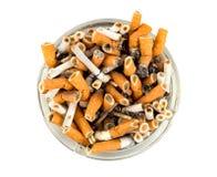 Zigaretten in einem Aschenbecher getrennt Lizenzfreie Stockfotografie