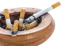 Zigaretten in einem schmutzigen Aschenbecher Lizenzfreies Stockbild