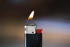 Zigaretten-Feuerzeug und Flamme Stockfoto