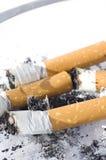 Zigaretten im Aschentellersegment Lizenzfreies Stockfoto