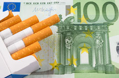 Zigaretten mit Banknote Stockfoto