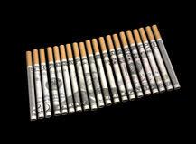 Zigaretten mit Geld in den Papieren Stockbilder
