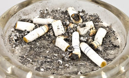Zigaretten und Asche in einem Aschenbecher Stockbild