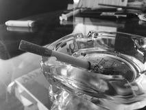 Zigaretten und Aschenbecher Stockbild