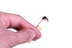Zigarettenkippe in der Hand Lizenzfreie Stockfotografie