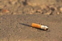 Zigarettenkippe geworfen in die Stadt Stockfotografie