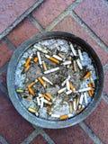 Zigarettenkippen in einem Aschenbecher Lizenzfreie Stockfotos